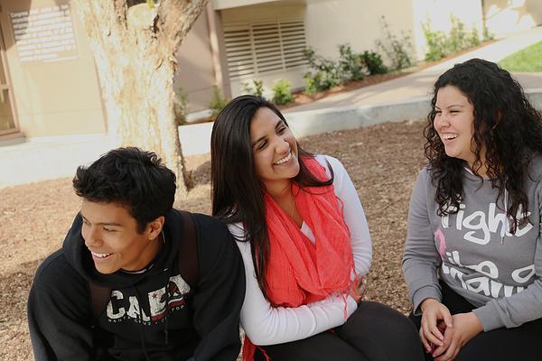 Estudiantes de primera generacion: Lennyn Castillo y Clarissa Valencia, hablan con la prima de Valencia, Cristal Valencia, después de la escuela.